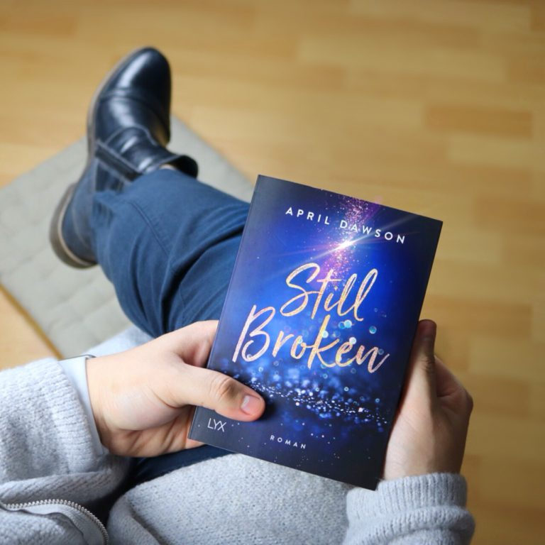 """Beitragsbild """"Still Broken"""" von April Dawson"""